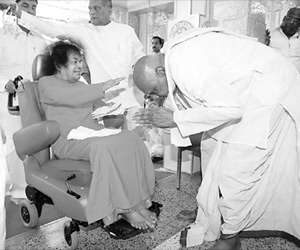 Chief Minister K Rosaiah seeking the blessings of Sri Sathya Sai Baba at Prasanti Nilayam in Puttaparti on Friday